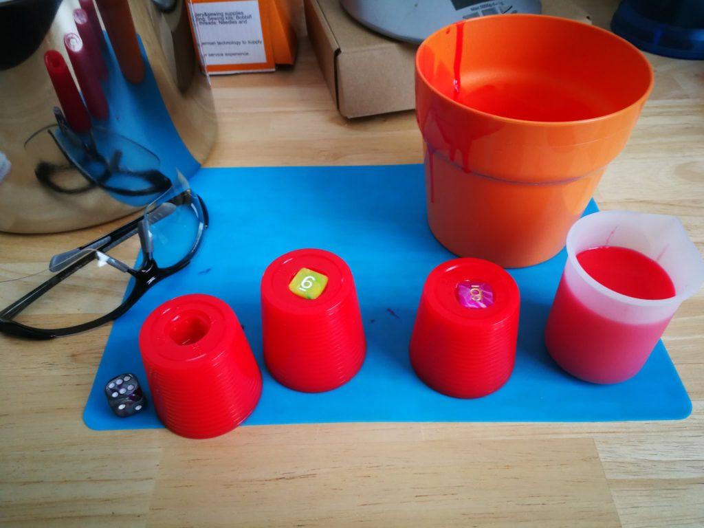 Plastikbecher wurden von den Silikonformen entfernt